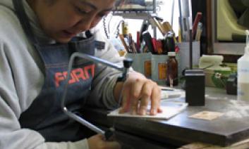 ポップコンテナのプロトタイプをデザイナーが加工・調整