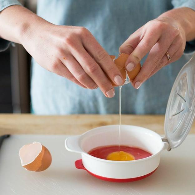 スクランブルエッグや目玉焼きがレンジで作れるoxoのおしゃれで機能的なエッグクッカー